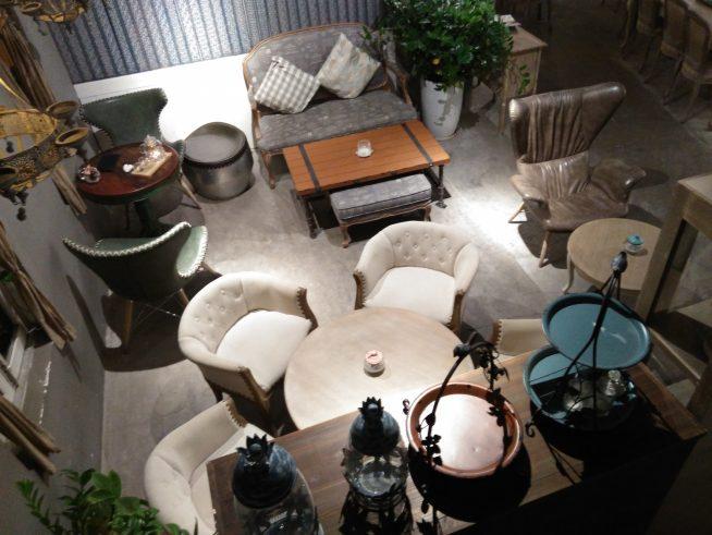 ゆったりとしたソファーが並ぶカフェ