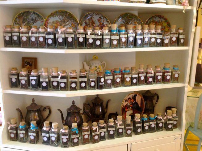 数十種類の茶葉の中から好きなものを選べます。