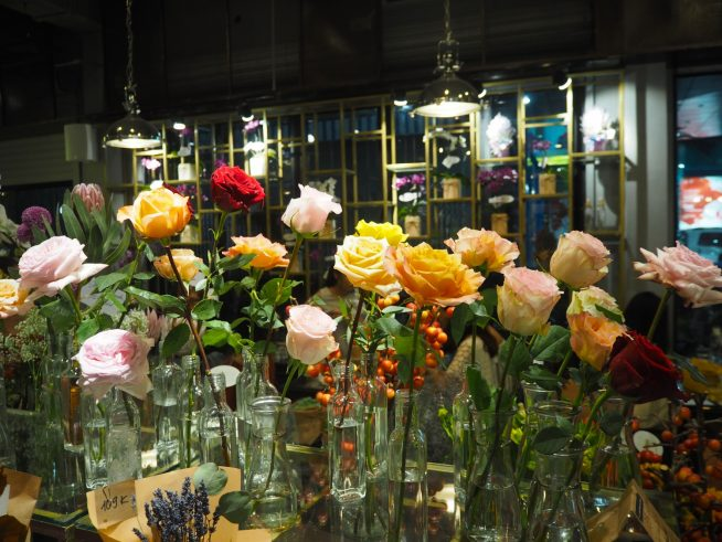 お花屋さんも花束作りに大忙しそうでした