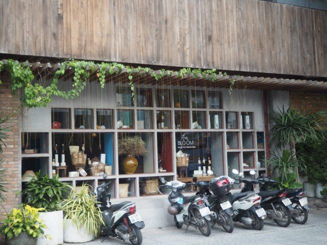 窓際にお洒落に飾られた雑貨や商品が目印です