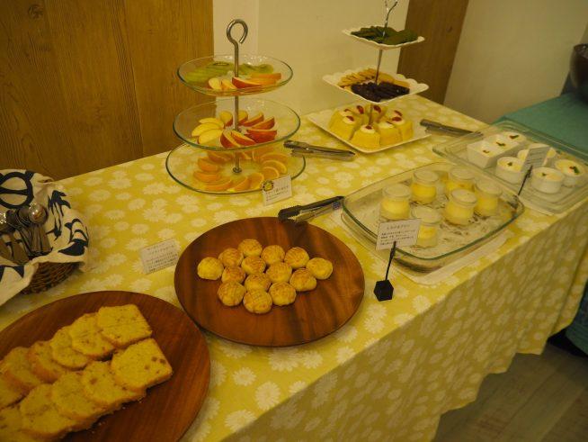 プリンやケーキ等数種類のスイーツと有機野菜サラダのビュッフェ