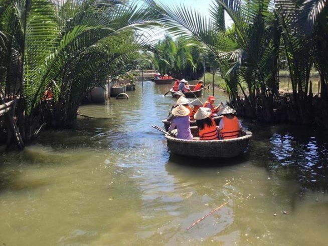 お椀型の小さなボートでココナッツの森を進んでいきます