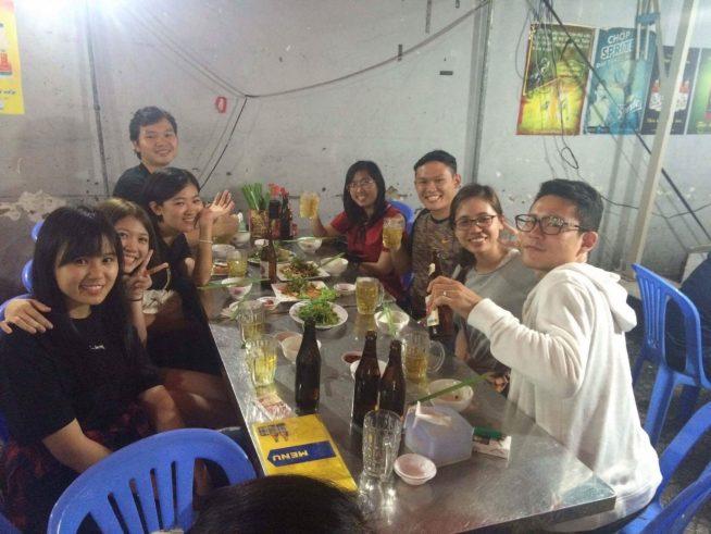 ベトナム人の友人たちと飲む松本さん