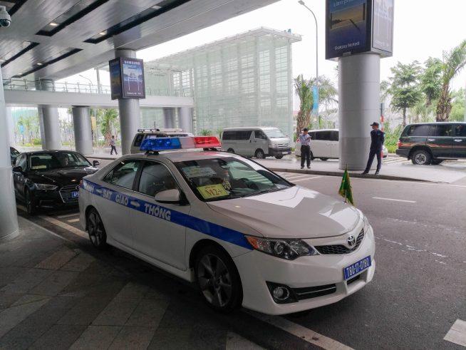 VIPを先導する交通警察パトカー
