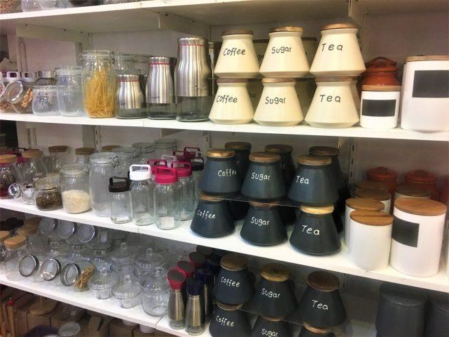 調味料やパスタをいれるのにぴったりな容器も種類豊富に並びます