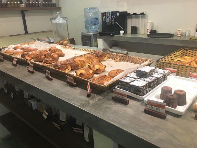 クロワッサンとデニッシュ系のパンが多く並びます