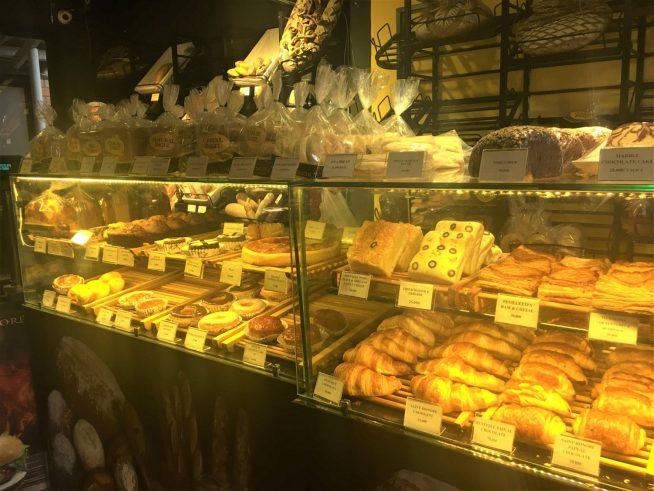 店内は狭いですが、パンなどが所狭しと並びます