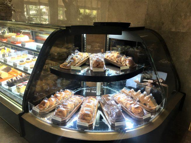 パンを選ぶ際このパンはどう?などとスタッフが話しかけてくれるのでパンを選びやすかったです。ケーキのショーケースを挟んだ反対側にもパンが並びます。