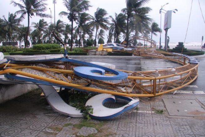 台風で倒壊したAPECゲート(Tienphong)より