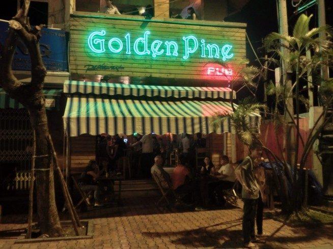 9時〜10時頃から賑わいを見せ始めるGolden Pine Pub