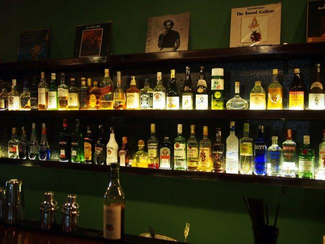 日本のお酒も数多く並んでいる