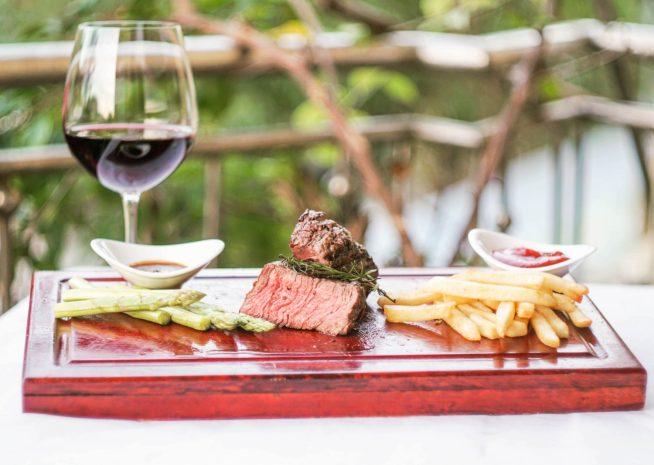 ボリュームある本格ステーキをぜひ赤ワインと一緒に。