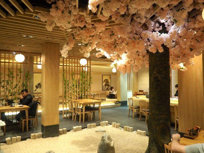 きれいで明るい日本庭園を思わせる店内