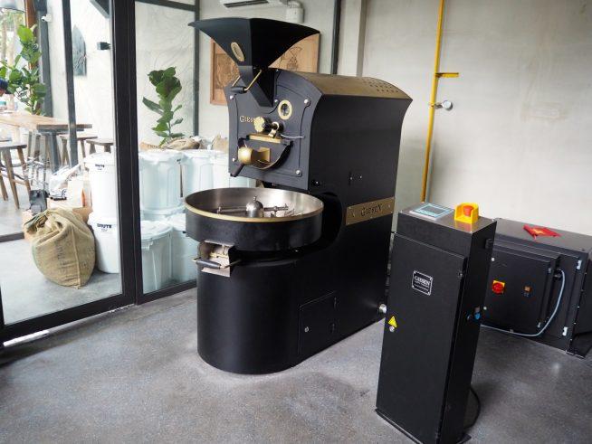 店内にある焙煎器でコーヒー豆をローストしています