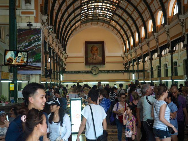 中央郵便局館内は観光客でいっぱい