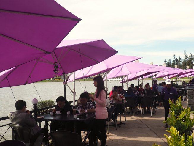 湖を眺められる席が大人気!