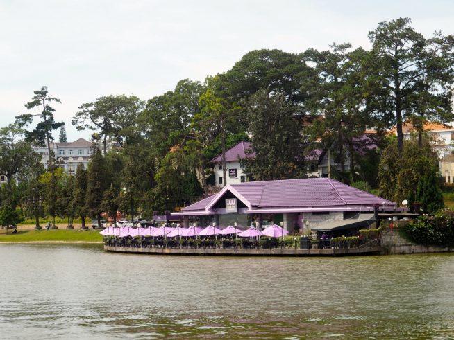 湖に浮かんでいるような佇まいのカフェ