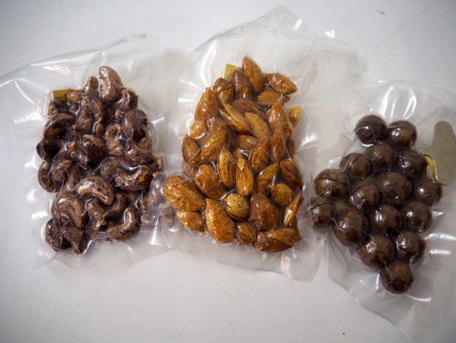 左:カシューナッツ、中央:アーモンド、右:マカダミアナッツ