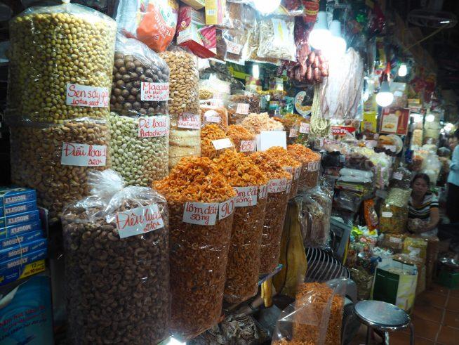 市場に密集するナッツ売り場