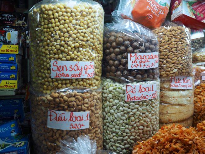 市場に並ぶカシューナッツ