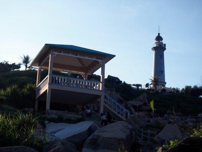 海岸から見上げた灯台