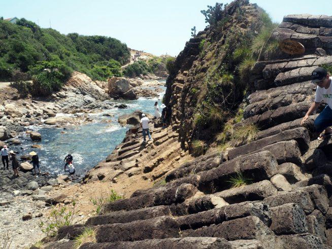 五角形や六角形の岩の柱でできた海岸