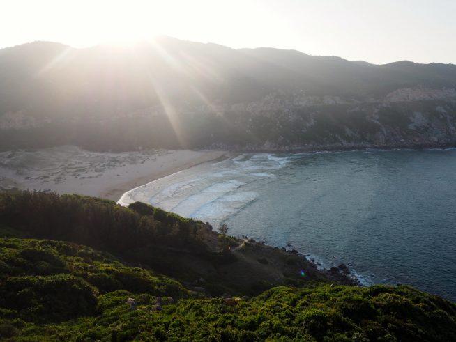 沈んでいく太陽と海岸