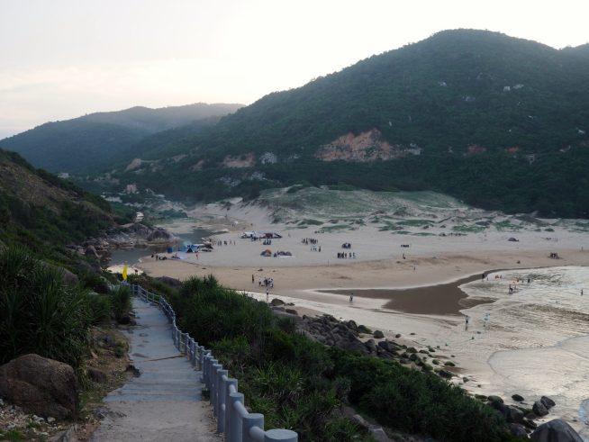 灯台から砂浜へ続く道