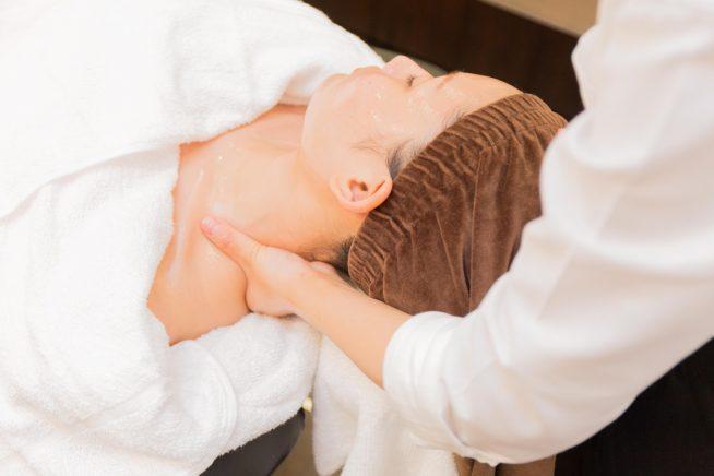 首から肩にかけてマッサージ。ネックマッサージで顔のむくみも解消。