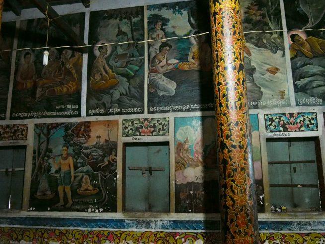 本殿の壁には絵がぎっしり