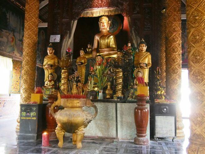 黄金に輝くお釈迦様が祀られています