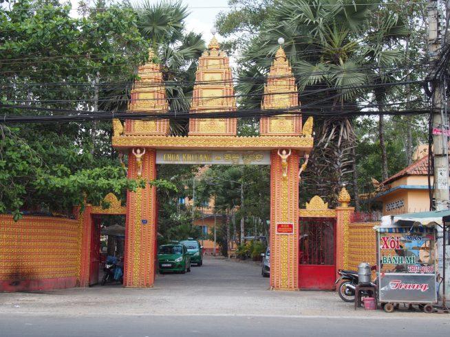 色鮮やかなカレン寺の門