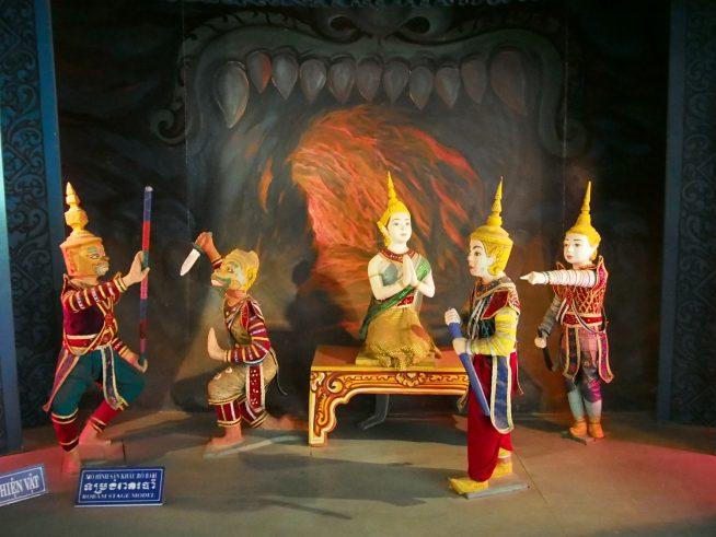 クメールのお祭り等の様子が人形で展示されている