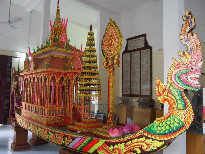 鮮やかな装飾の船の模型