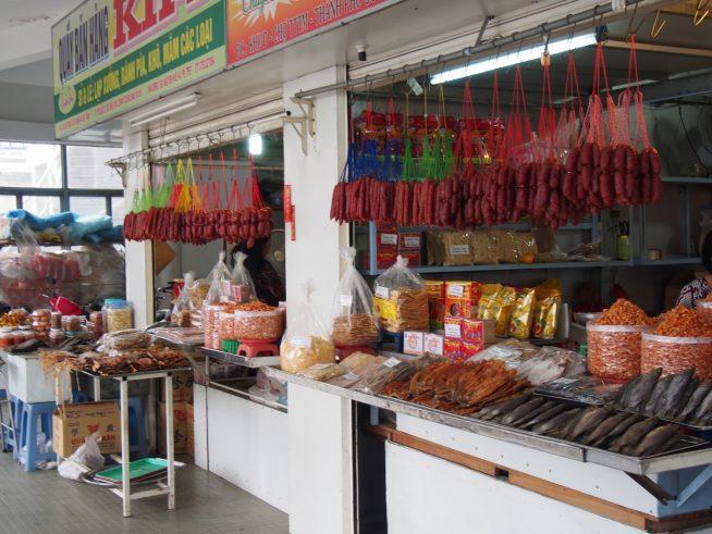 甘いソーセージや干した魚を売るお店