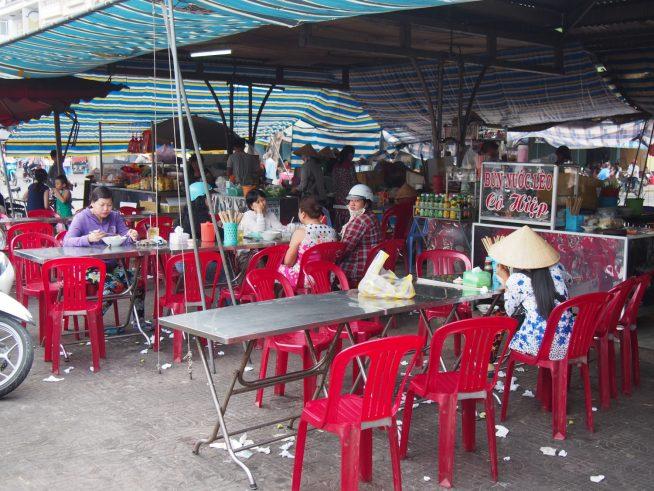 市場横に並ぶ食べ物屋さんの様子