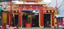 原色の鮮やかな神様が祀られている珍しい寺院「宝山寺」へ行ってきました。