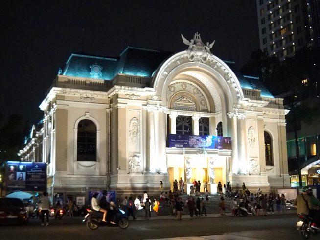 ライトアップされた夜のサイゴンオペラハウス