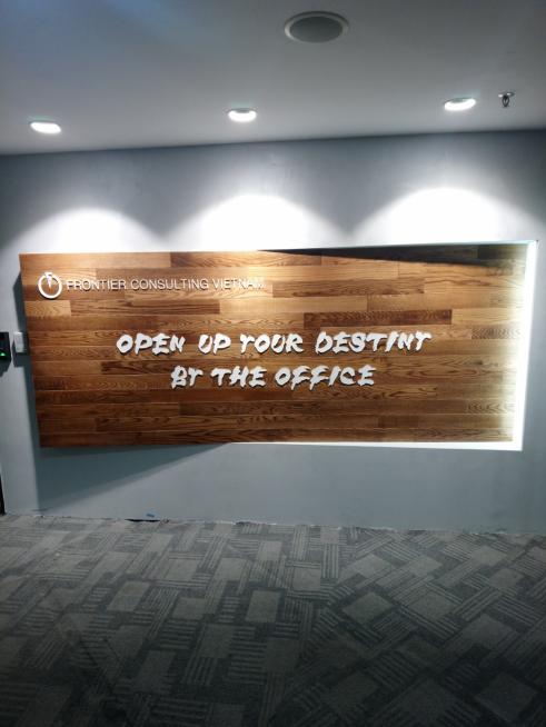 ▲新オフィスの外看板。壁から飛び出した大きな木目パネルには、さらなる変化を起こしていくという意気込みがこめられている。