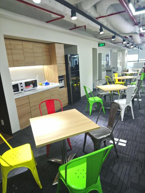 ▲コラボレーションエリア。用途は様々で、ランチタイムには社員同士の食事の場になり、業務時間中は打ち合わせ用のスペースとしても機能する。