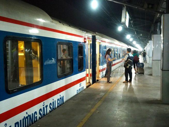 サイゴン駅ホーム内の列車。