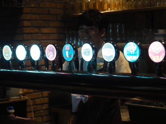 十数種類のビールが並ぶビールサーバー