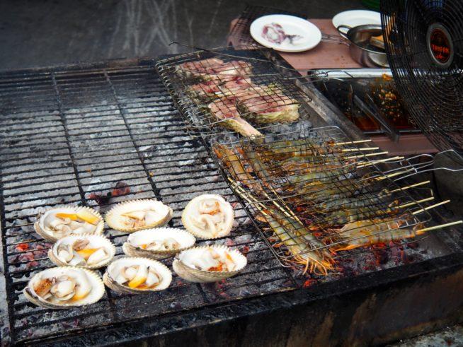 お店の前で新鮮な魚介を焼いてくれる