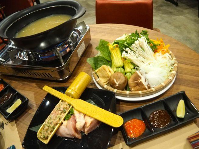 天然コラーゲン鍋(写真は2人分)スープ、野菜は食べ放題。鶏肉は別料金。