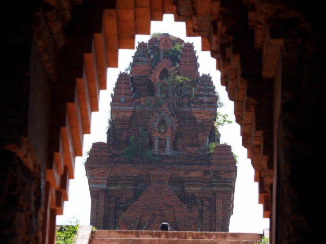 見る位置によって、遺跡同士が重なり合うように見える銀塔