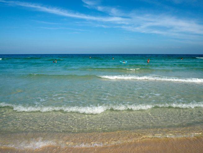 白い砂浜と透き通った海!