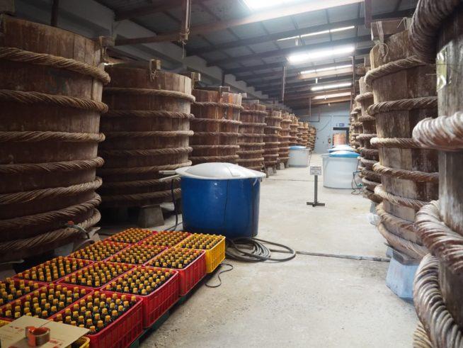 大きなヌックマムの樽が並ぶ工場内