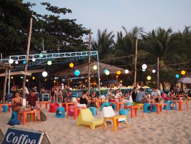 ビーチ沿いに並ぶオシャレなカフェバー