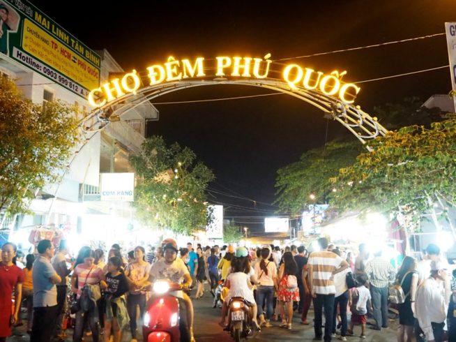 観光客や地元の人で賑わうナイトマーケット
