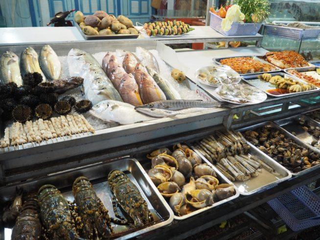 フーコック近海で捕れた魚介が並ぶ